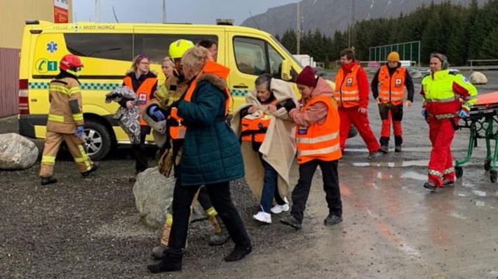 El crucero averiado en Noruega será remolcado tras lograr encender tres motores