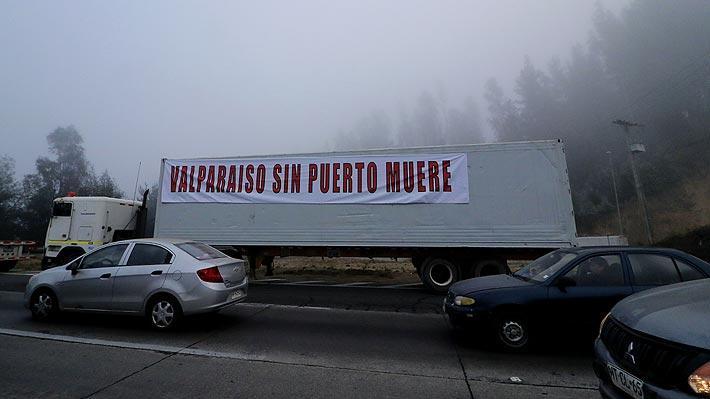 """Empresa Portuaria de Valparaíso dice que """"no se comprenden causas del paro"""" de camioneros y llama al diálogo"""