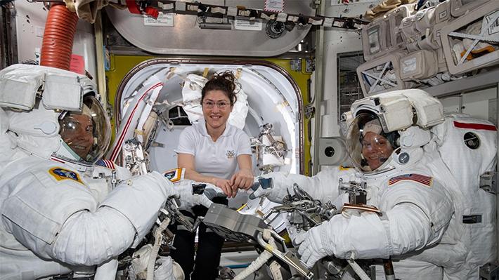 Falta de un traje más chico frustra la ejecución del primer paseo espacial hecho solo por mujeres