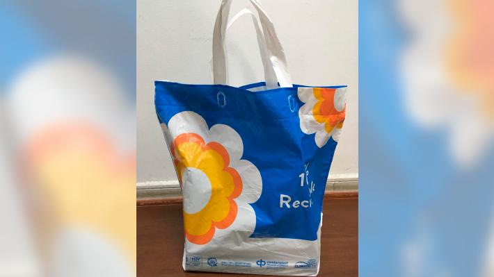 Surge polémica por cadena de supermercado que vende bolsas que contienen 15% de plástico