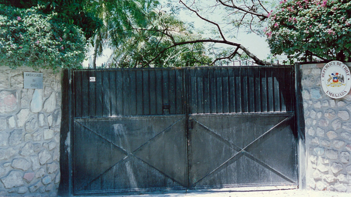 """Con tres chilenos, seis funcionarios locales y en un barrio """"seguro"""": Así funciona la embajada de Chile en Haití"""