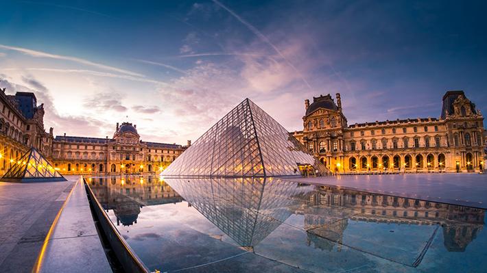 Galería: La Pirámide del Louvre celebra sus 30 años sin el lastre de la controversia