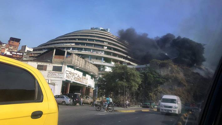 Reportan incendio en cercanías de sede del Servicio Bolivariano de Inteligencia de Venezuela en Caracas