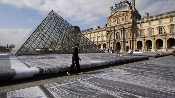 Artista francés creará una Ilusión óptica alrededor de la Pirámide del Louvre para celebrar su aniversario número 30