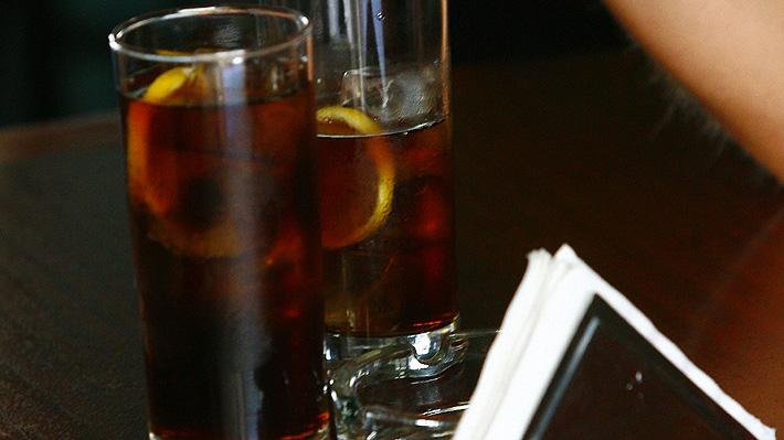 Profesor australiano sufrió graves daños en su lengua que atribuyó al consumo de bebidas energéticas