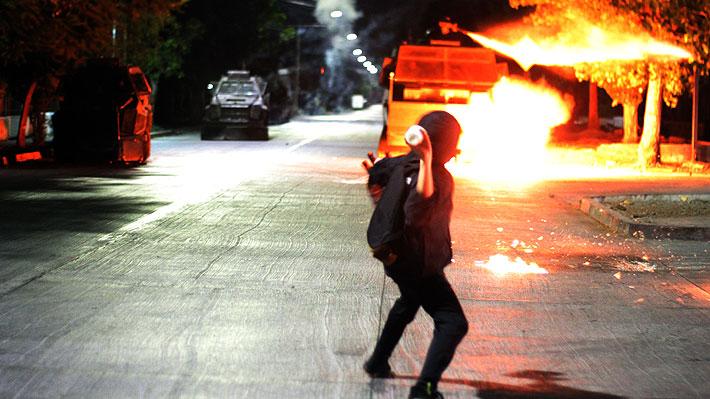 Día del Joven Combatiente: Manifestaciones dejan dos carabineros heridos de bala y tres autos quemados