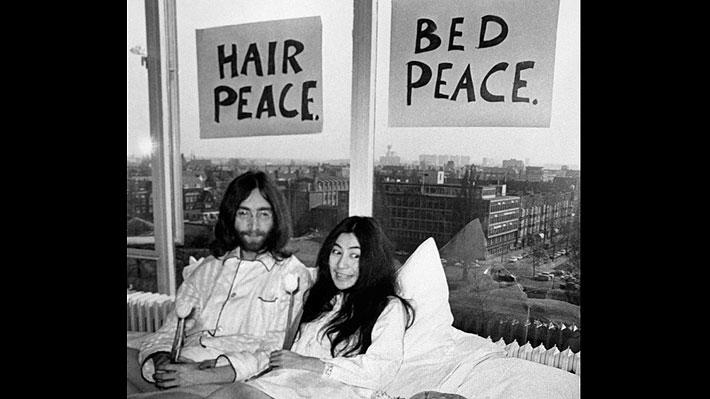 Hallan imágenes perdidas de John Lennon y Yoko Ono en la cama durante su luna de miel en Holanda