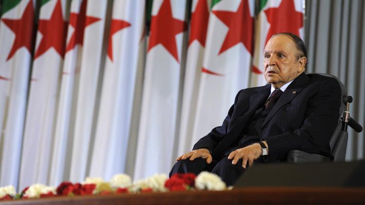Presidente de Argelia presenta su renuncia al cargo tras semanas de protestas