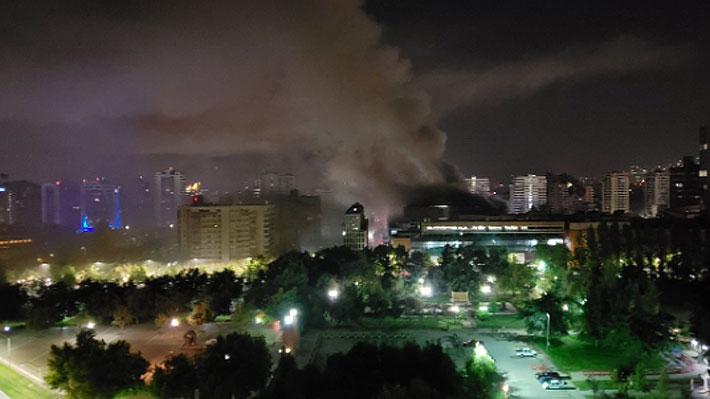 Incendio en centro comercial Parque Arauco deja nueve locales de comida afectados