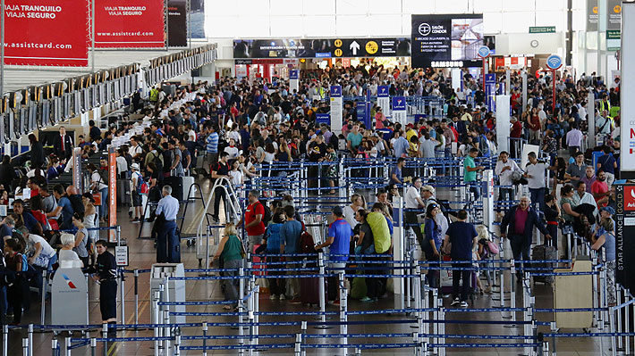 ¿Extensión de la Línea 7 o buses por autopistas?: El desafío de Transportes para conectar Santiago con el aeropuerto