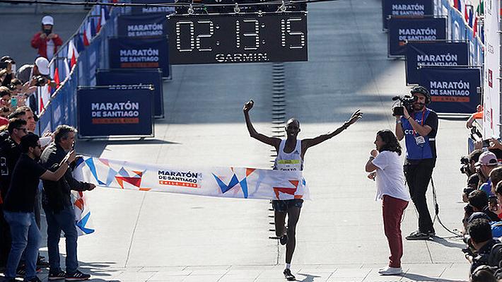 Dos keniatas fueron los grandes protagonistas: Mira quiénes ganaron los 10, 21 y 42K en el Maratón de Santiago