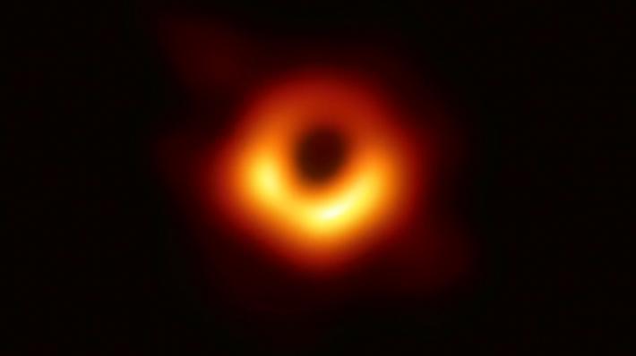 La impresionante y esperada imagen de un agujero negro fue revelada esta mañana por astrónomos desde Chile