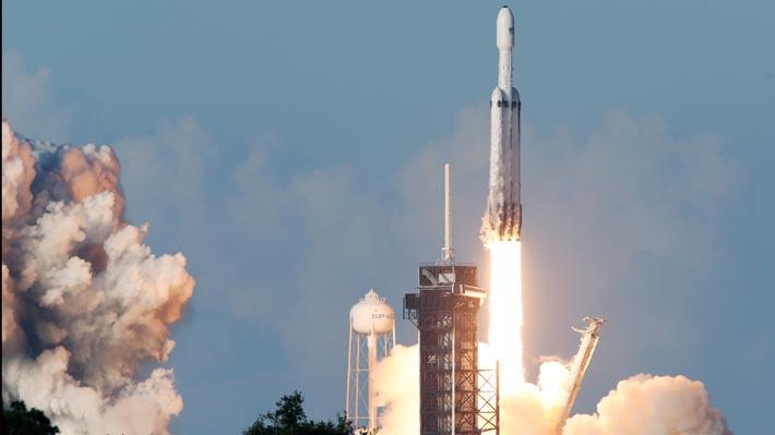 SpaceX lanza su poderoso cohete Falcon Heavy y recupera sus tres propulsores