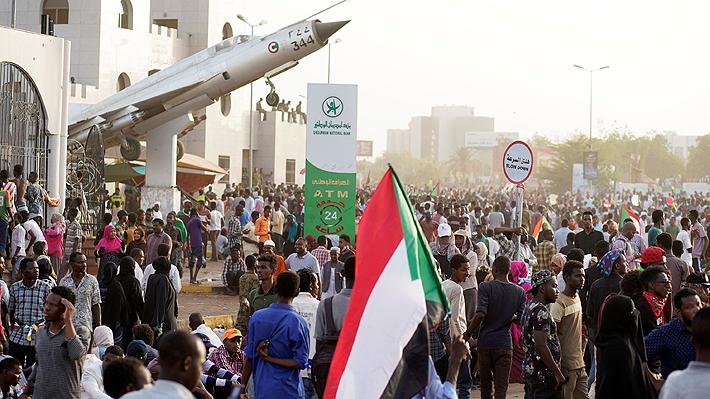 Continúan las multitudinarias protestas en Sudán pese a derrocamiento de Al Bashir por parte de la FF.AA.