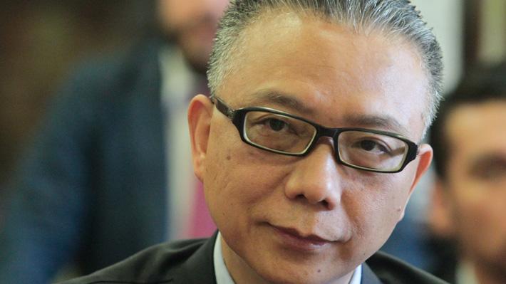 """Xu Bu, el """"atípico"""" embajador de China en Santiago que le respondió a Pompeo"""