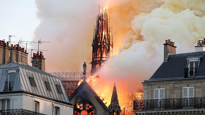 Torre principal de la catedral de Notre Dame en París colapsa a raíz de gran incendio