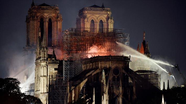 """""""Incredulidad y tristeza"""": Autoridades mundiales lamentan incendio en catedral de Notre Dame"""