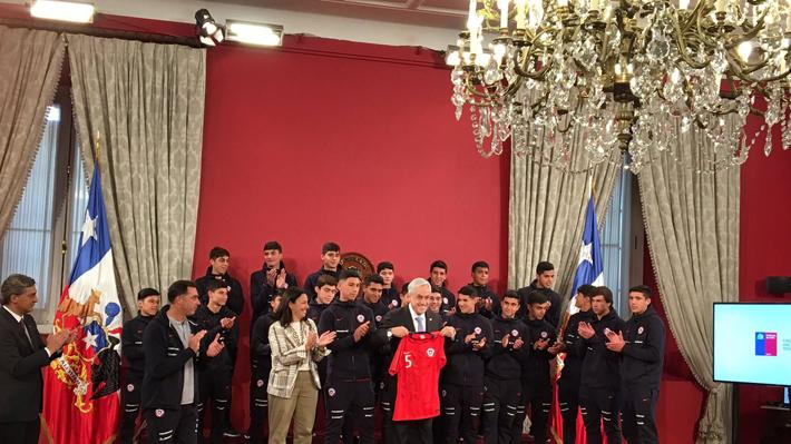 """Piñera recibe a Chile Sub 17 y hace analogía con su gabinete: """"Los ministros también tienen que meter goles"""""""
