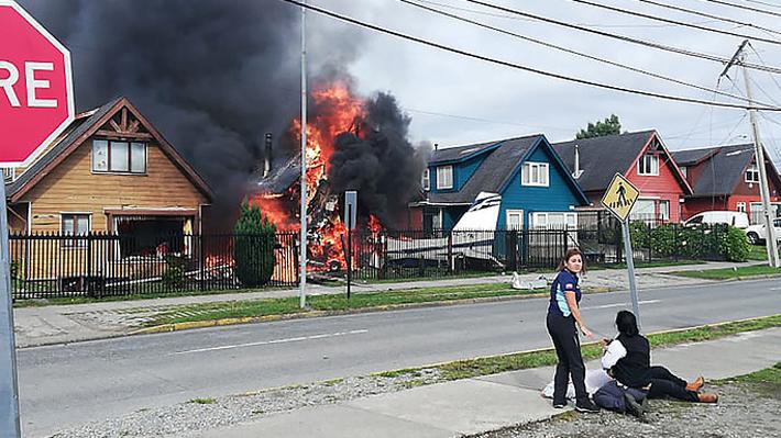 Avioneta cae sobre una casa cerca de aeródromo de Puerto Montt y provoca incendio