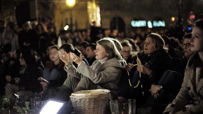Incendio en Notre Dame: Turistas y franceses se unen en vigilia por catedral en vísperas de la Semana Santa