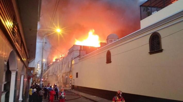 Incendio de gran magnitud afecta galerías de Mesa Redonda en el centro histórico de Lima