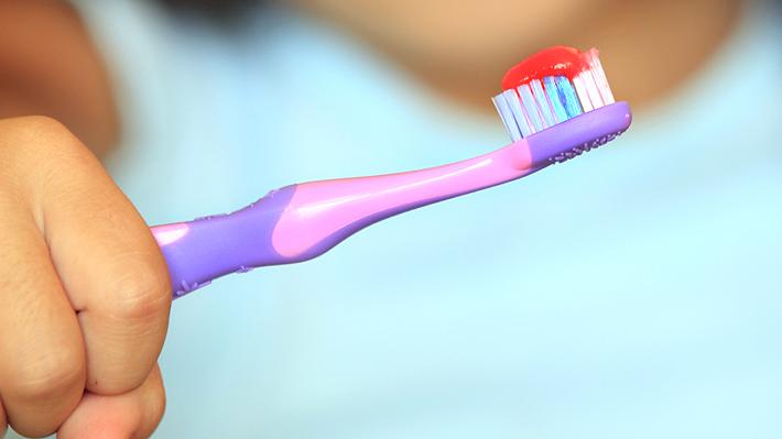 Niña de 11 años muere después de lavarse los dientes: sufrió una reacción alérgica a uno de los componentes