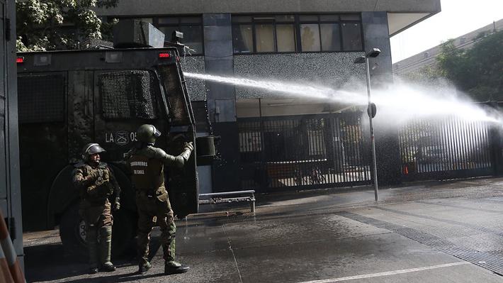 "Instituto Nacional: Alcalde Alessandri culpa a ""grupo anárquico"" de la violencia"