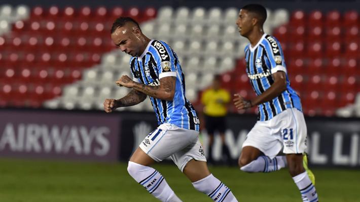 Gremio derrotó a Libertad y le puso presión a la Universidad Católica en la Copa Libertadores