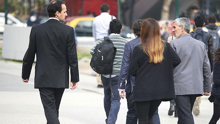 Desempleo en el Gran Santiago se mantiene en 7,6% en marzo y proyectan que no habrían mayores cambios en próximos meses