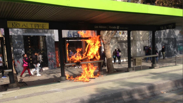 Encapuchados atacan a carabinero tras marcha estudiantil e intendenta Rubilar condena vandalismo