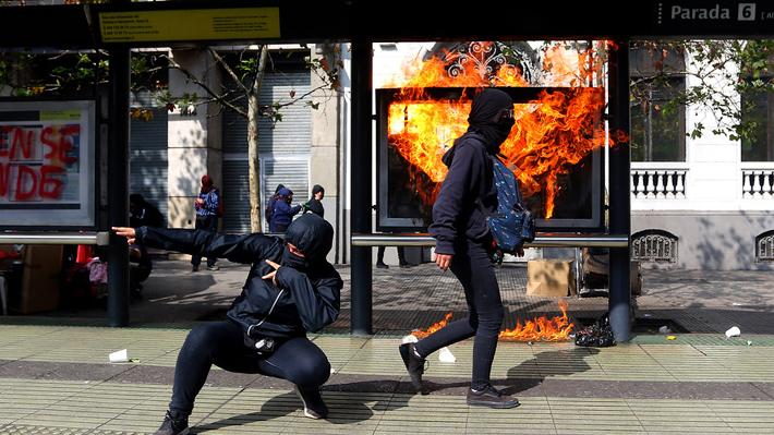 """Gobierno por carabinero agredido tras marcha estudiantil: """"Son cobardes que atacan en grupo"""""""