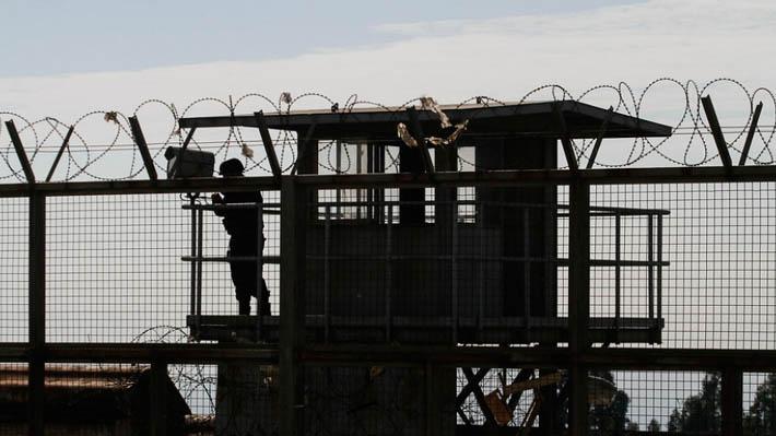 Gendarmería descubre celdas con azulejos, frigobar, piso flotante y equipo de música durante desalojo en Colina 2