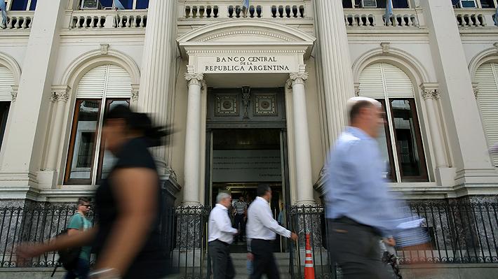 Banco Central de Argentina intervendrá el mercado cambiario para frenar alza del dólar en medio de crisis
