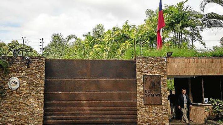 Expectación, nerviosismo y reflexión: La agitada jornada en la misión diplomática de Chile en Caracas