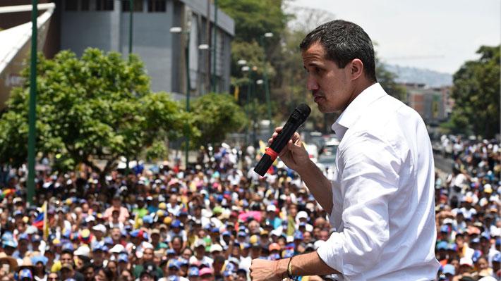 """Guaidó reaparece en marcha y hace un llamado a realizar """"paros escalonados"""" a partir de mañana"""