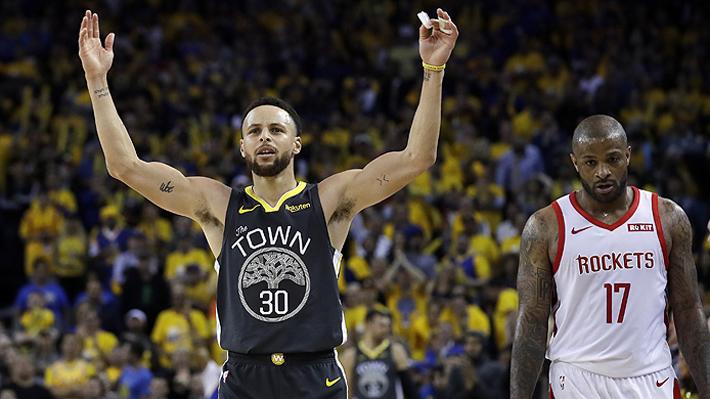 Mira el asombroso tiro que encestó Stephen Curry desde más atrás de la mitad de cancha en la NBA