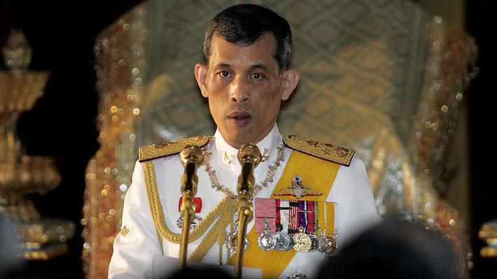 Puso a su perro en el Ejército y sostuvo un matrimonio secreto: Los escándalos del futuro rey de Tailandia