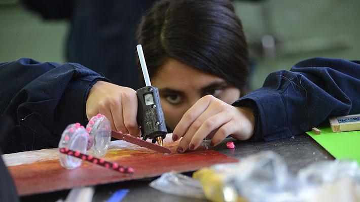 Casen: Una de cada 5 mujeres no participa en el mercado laboral por obligaciones de cuidado o quehaceres en el hogar