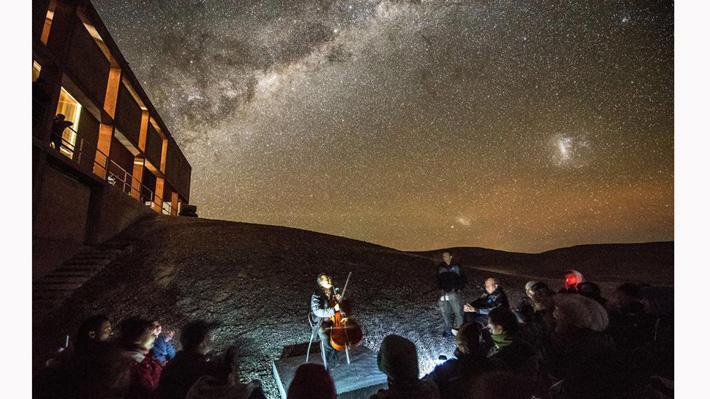 """Foto: Bajo un privilegiado cielo despejado el violonchelista Yo-Yo Ma realizó concierto """"Bach bajo las estrellas"""" en Chile"""