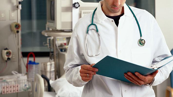 Las batas blancas de los médicos podrían no ser tan limpias: albergarían bacterias y agentes peligrosos