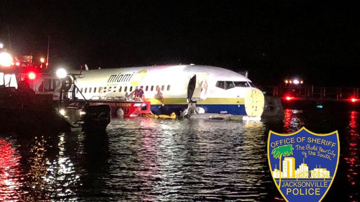 EE.UU.: Avión con 136 pasajeros a bordo se sale de la pista en Jacksonville y acaba en río en Florida