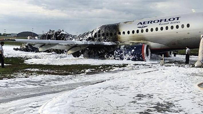 Tragedia: Aumentan a 41 las víctimas fatales en el incendio de un avión en un aeropuerto de Moscú