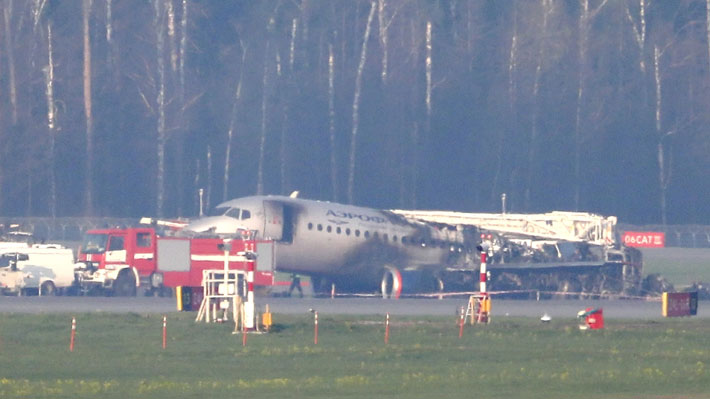 Recuperan cajas negras de avión que se incendió cuando aterrizaba de emergencia en Moscú
