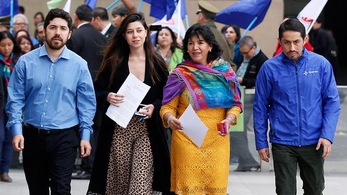 Parlamentarios de oposición refuerzan ofensiva contra Castillo y Minsal dice que todos pueden manifestarse