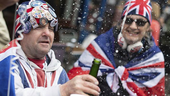 """Fanáticos de la realeza salieron a las calles de Windsor y Londres para celebrar el nacimiento de """"Baby Sussex"""""""
