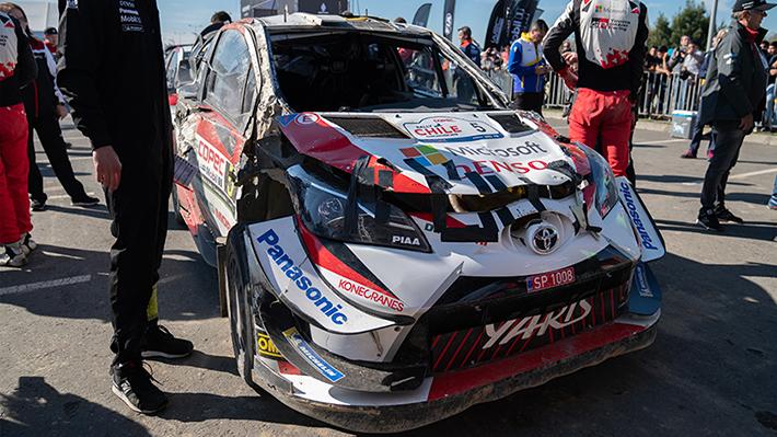 Mira como quedó el auto del piloto que corrió sin parabrisas este sábado en el rally de Concepción