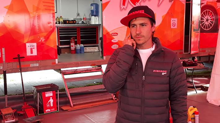 Piloto nacional Emilio Fernández pasó toda la noche junto a su auto volcado