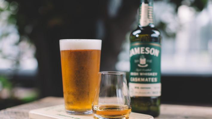 Un sorbo de whiskey, otro de cerveza: La nueva tendencia que llegó a bares de Chile
