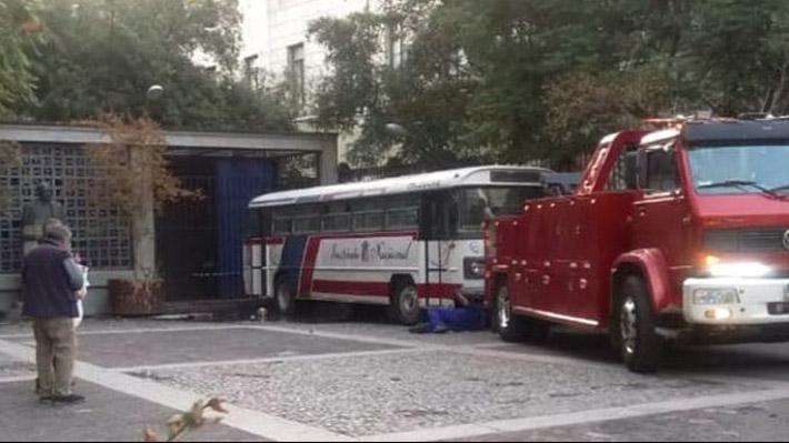 Instituto Nacional: Violencia impide completar clases y obliga a retirar a icónico bus del liceo