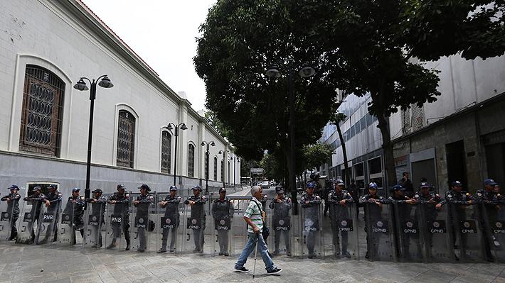 Fuerzas de seguridad de Venezuela bloquean entrada al Parlamento por supuesta amenaza de bomba